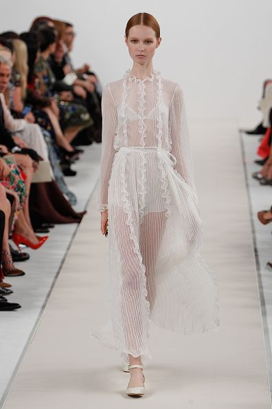 10 valentino dresses from the all white haute couture for Haute couture shop