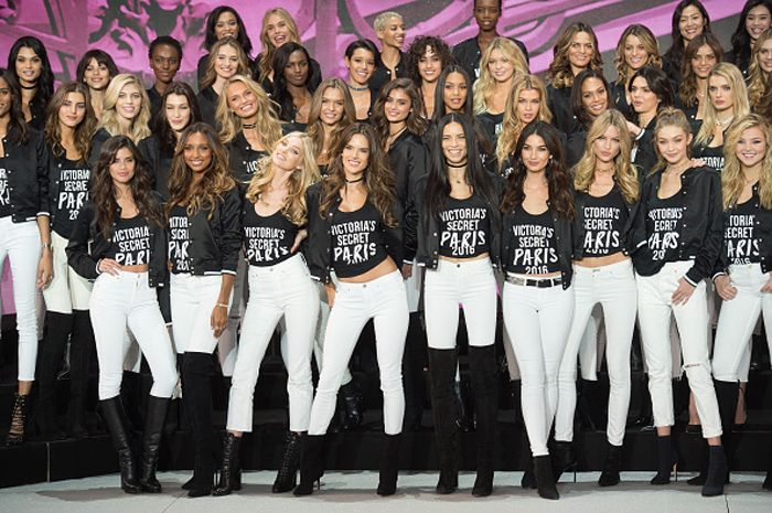 How to style white jeans this winter (like a Victoria's Secret angel)
