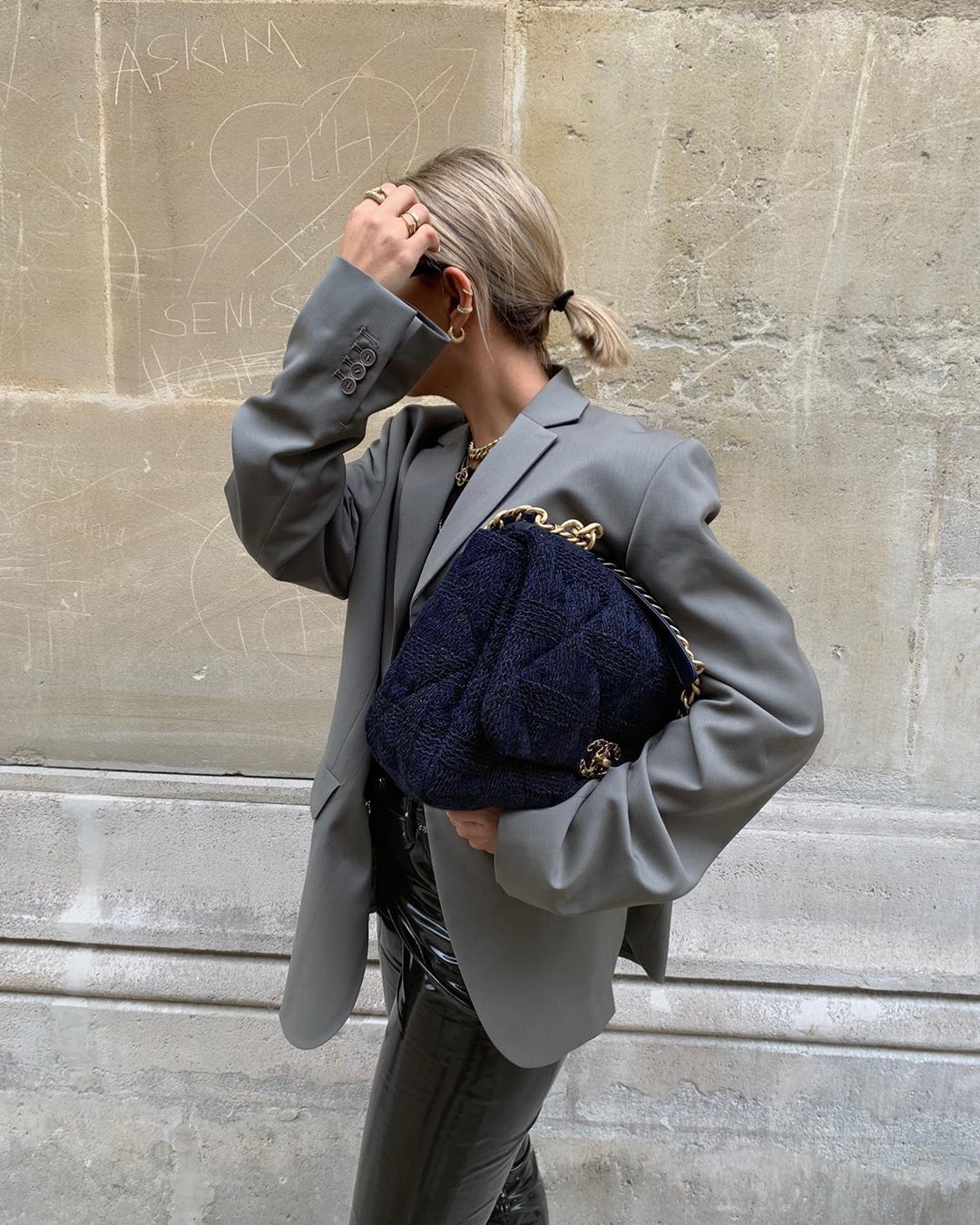 chanel-19-maxi-flap-navy-blue-wool-tweed-bag-aylin-koenig-instagram