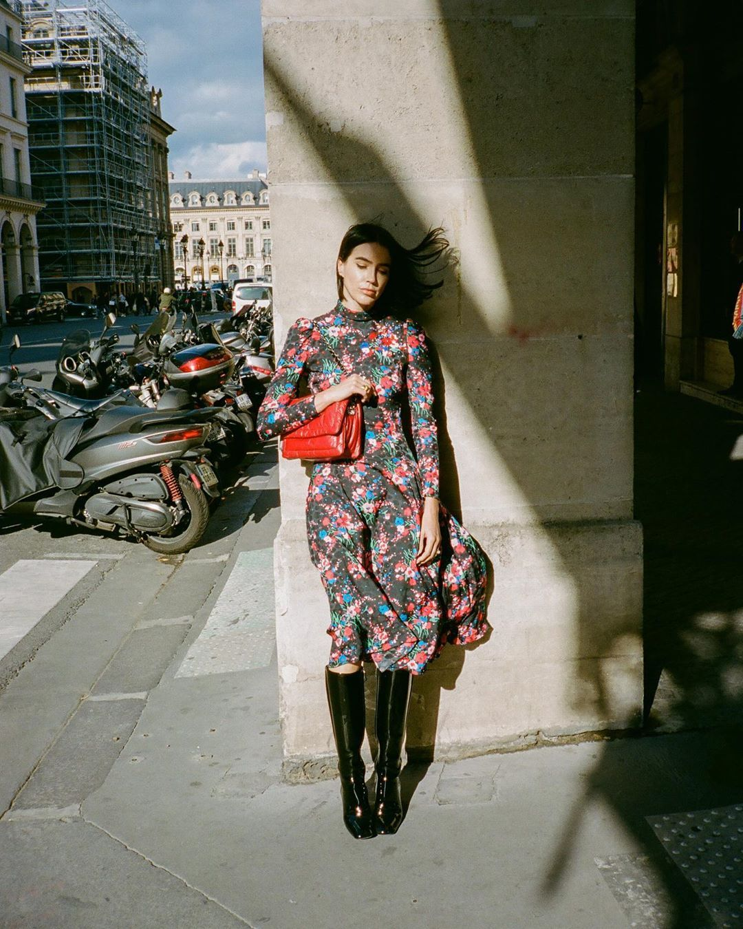 marc-jacobs-the-pillow-bag-cranberry-brittany-xavier-paris-street-style
