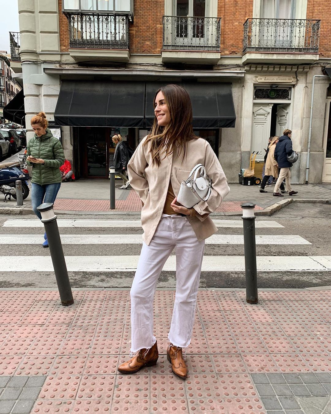 gala-gonzalez-white-jeans-outfit-winter-instagram