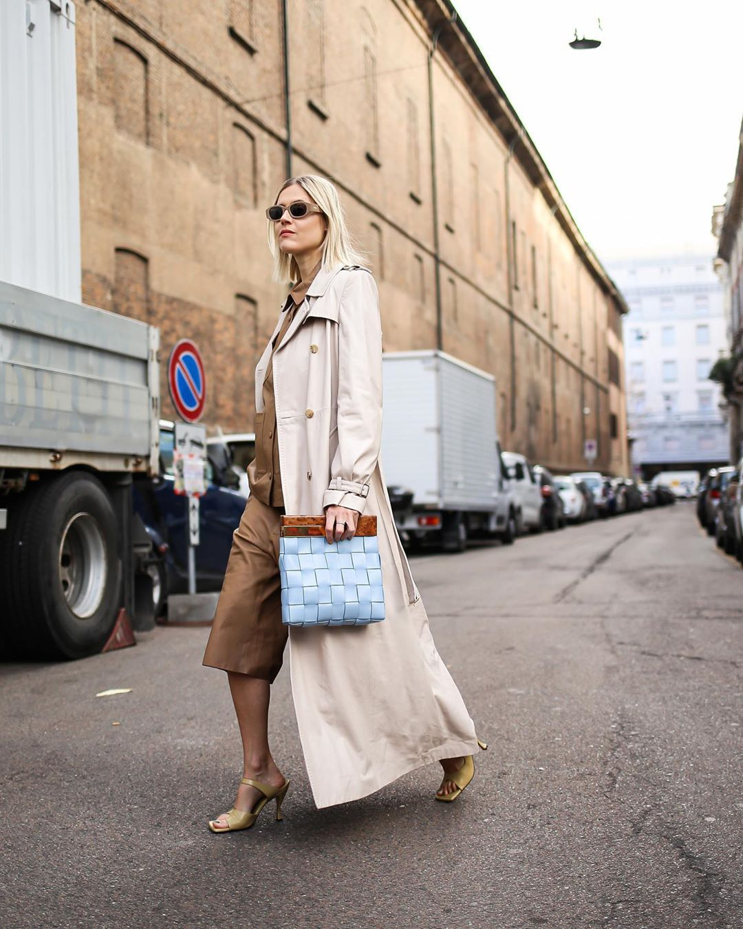 linda-tol-bottega-veneta-tapioca-leather-sandals-street-style-milan