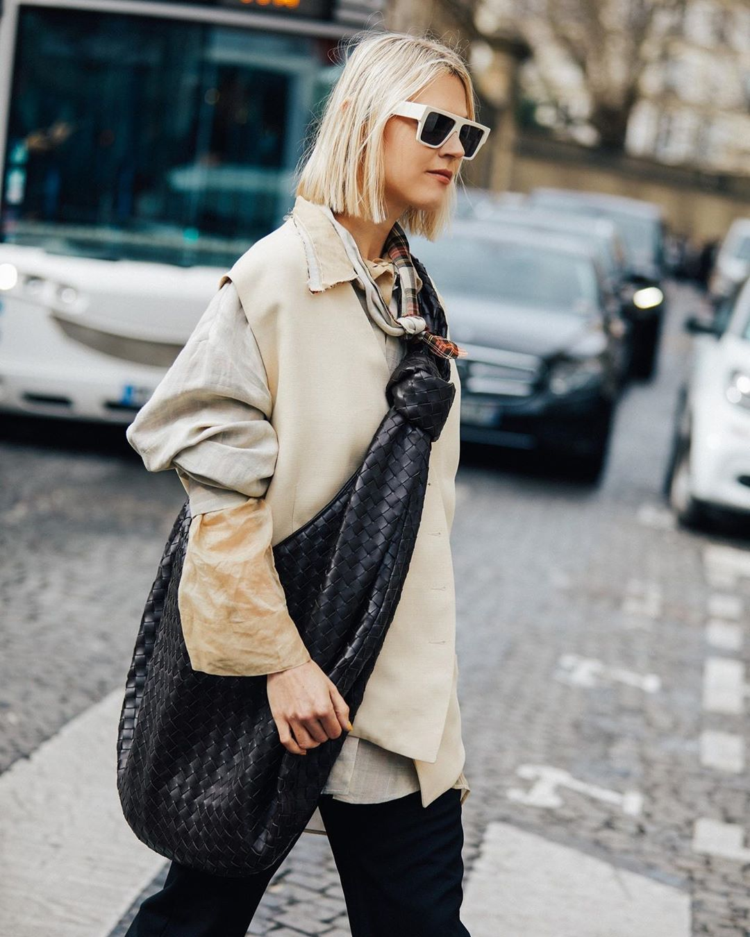 bottega-veneta-jodie-knotted-intrecciato-leather-shoulder-bag-linda-tol-instagram