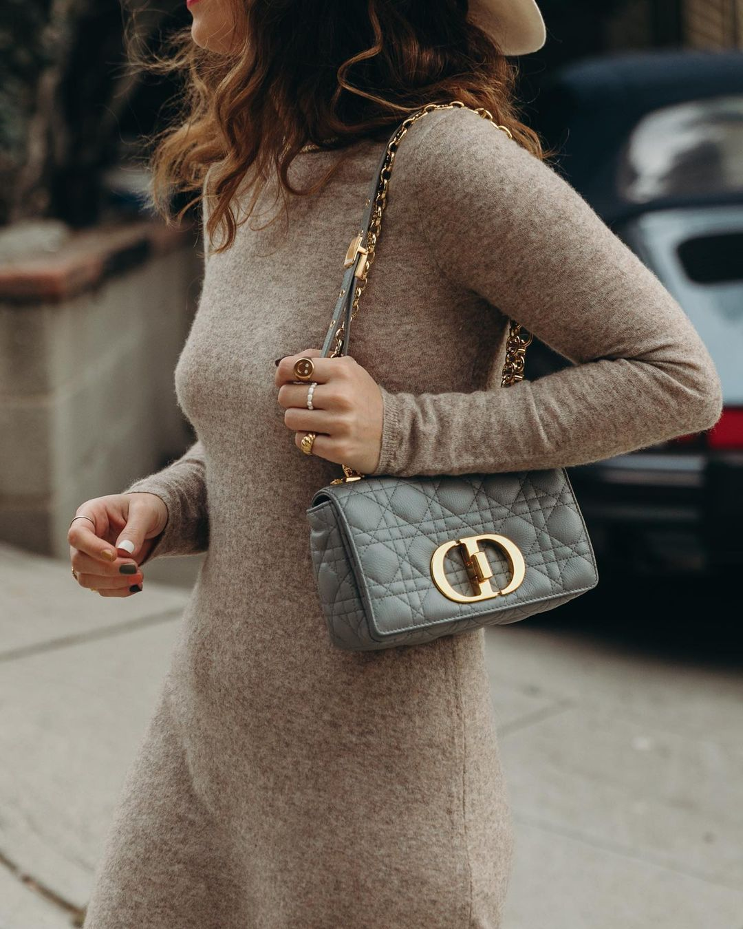 sara-escudero-dior-caro-bag-small-gray-instagram